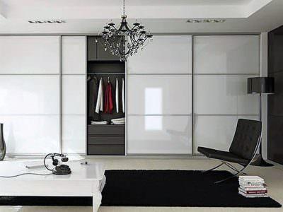 Шкаф-Купе в гостинную с белыми глянцевыми дверьми